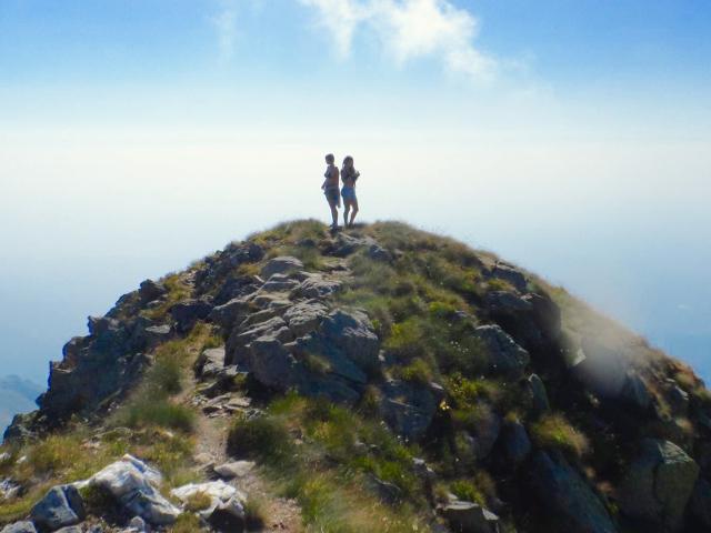 Alcanzando la cima de la montaña y la cima de experiencias